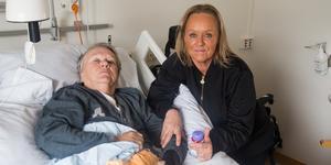 Irma Skoog och dottern Maud Skoog. I två veckor fick Irma vänta på sin första dusch efter att hon drabbats av en stroke – och det har inte blivit bättre, efter ytterligare 20 dagar.