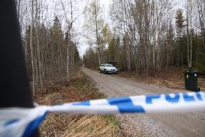 När polisen kom till 22-åringens gård första gången under söndagen tog expojkvännen patrullen till den vänstra sidan av huset, vittnar polisen om. Det är den sida som är längst bort från den plats där Toba Mobergs livlösa kropp hittades.