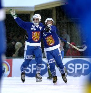 Jarno Väkiparta och Sami Laakkonen jublar efter segermålet. Bild: Fredrik Sandberg/Scanpix