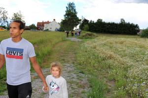 David Namerius och dottern Zinnah går längs med den påbörjade cykelvägen som de vill förlänga hela vägen till Heby.
