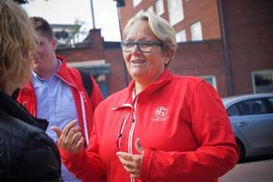 Kommunstyrelsens ordförande Irja Gustavsson (S) pratar med kommande väljare.