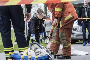 Med hjälp av en filt provade åttaåriga Hilding Back att släcka en docka som brann.