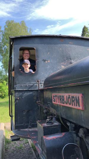 En lekstund i Högbo en sommardag i Juni. Vårat barnbarn Orlando leker  tillsammans med morfar Kjell, i gamla tåget Styrbjörn still going strong! Foto: Mona Rydstrand