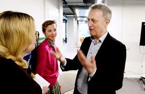 Are Stokstad, vd Amedia, och Lovisa Hamrin, Hall Media, i diskussion med näringslivsreporter Cecilia Nilsen Palm, Hall Media.