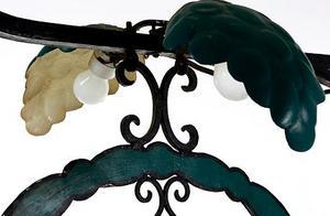 Två lampor finns på restaurangskylten som är gjord av AB Roos Skyltreklam.Foto: Stockholms auktionsverk