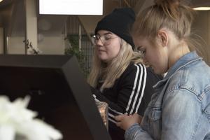 Malva Hertzberg och Amberle Alvmarken, båda 15 år gamla.