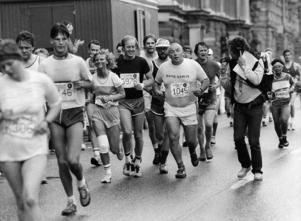 Den 14 juni 1983 var Ulf Elfving springande reporter på Stockholm marathon där han intervjuade bland annat den gamle boxaren Ingemar Johansson. Foto: Rolf Höjer / SVD / TT