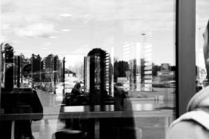 I flera år har Ali levt illegalt i Sverige. Nu har han köpt ett café och sökt uppehållstillstånd för arbete i Sverige.