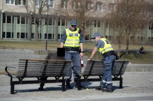 Det är förbud mot alkoholförtäring på offentlig plats, Johan Candell och Margareta Hjort  hand om flaskan.