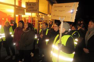Undersköterskor från kommunens alla vårdavdelningar samlades i protest mot de planerade neddragningarna.