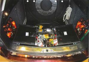 Vid ett av de tillfällen då delar av de nu åtalade personerna stoppades i tullen var hela reservhjulsbaljan på fordonet fyllt med alkoholdrycker. Bild: Tullverkets förundersökning