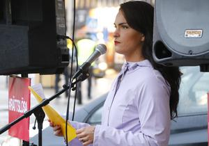 Genusvetaren och forskaren Emmie Särnstedt Gramnaes, som arbetar vid Örebro universitet, talade. - Låt oss politisera våldet och placera skulden där den hör hemma, avslutade hon sitt tal.