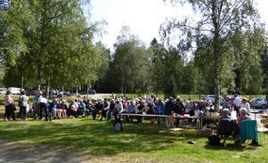 En mycket nöjd publik som njuter i solen