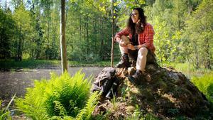 Så som man kan hitta Angeliqa Mejstedt runt om i världen – med sin träkåsa på en stubbe, njutandes av vackra omgivningar. Detta är Gröna gången i Sala.