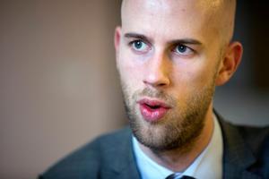 Carl-Oskar Bohlin (M) anser att pengarna ska stanna i bolaget och användas till nya bostäder.