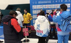 Ida Friman intervjuas. På skylten framför henne står det att det är strikt förbjudet för journalister att fråga efter selfies och autografer. Bild: Örjan Stål