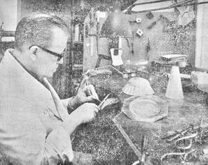 Silversmeden Agne Allvin i Vetlanda var i full färd med att tillverka nattvardsuppsatsen till nybyggda Ekenäs småkyrka.