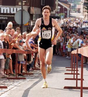 Jonny Danielsson springer hem Marknadsloppet i Falun 1997. Foto: Esbjörn Johansson
