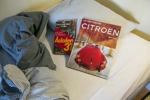 """Det finns gott om kvällslektyr i lägenheten. I en bokhylla blandas böcker som Birger Normans """"Ådalen 31"""" med bil- och motorböcker och motortidningar som utländska testförare lämnat. Flera bilföretag testar bilar på vintern i Norråker."""