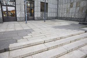 Ett sammanträffande är att dagens entré till Stadshuset  sammanfaller med ingången till det medeltida klostrets. Klostrets entré är markerad i dagens stenplattor.