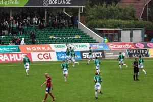 Brages Christian Kouakou jublar efter 1–0-målet tillsammans med lagkamrater och Serik Fans.