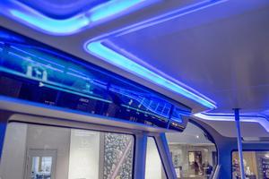 Ljusslingorna i taket kanvånds inte enbart som belysning. Med olika färger kan de kommunicera med passagerna.