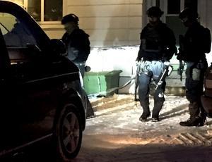 Flera poliser bevakade byggnaden efter insatsen.