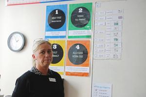 Monika Persson berättar att lapparna som sätts upp på tavlan visar hur ljudnivån ska vara.