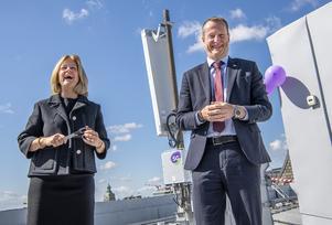 Så här roligt hade Allison Kirkby, Telias vd, och energi- och digitaliseringsminister Anders Ygeman (S) när de nyligen invigde Sveriges 5G-nät som förenklar spårning av individers platsdata.
