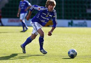 I 60:e minuten hemma mot Qviding i omgång sex av Superettan 2009 gjorde Emil Forsberg debut. Inför 2 561 åskådare bytte han av Hannes Sigurdsson i en match som slutade 1–1.