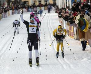 Britta Johansson Norgren sträcker armen i luften efter målgång i Tjejvasan.