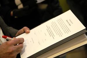Nej, det var inte någon namnlista kommunalrådet skrev under, utan en bekräftelse på att han tagit emot de 1800 underskrifterna.