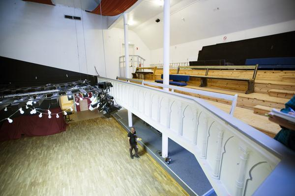 Vid en ombyggnad 1937 flyttades kyrksalen en trappa upp och  1983 blev det Folkteaterns lokal.