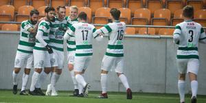 Simon Johansson och Filip Tronêt fixade 1-0 målet mot Brage. Här firar laget efter målet i hemmapremiären på Solid Park.