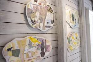 Linnea Holm Larsson har gjort de färgglada kollagen med återkommande motiv.
