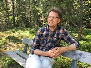 De ska bli fler sittbänkar efter gång- och cykelstråken i Råbyskogen. Skogsförvaltare Jörgen Gustafsson, Västerås stad, leder projektet.