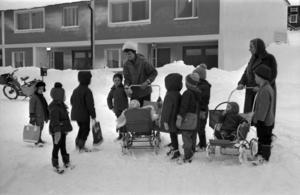 En barngrupp på lekskolan i Granlo 1963 med tidstypiska kläder och skolväskor.  Bild: Sundsvalls museum