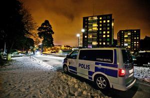 Polisens ledningsfordon på plats i söndags kväll vid Pettersbergsgatan.