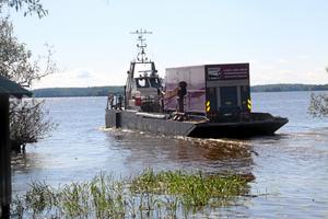 En lastbil full med dekor och teknik skeppades ut till Ridön med pråm från Fullerö.