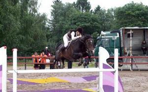 GLÄNSTE INFÖR HEMMAPUBLIK. Sabina Andersson från hemmaklubben på Ligist visade en glänsande ridning med topplacering i båda söndagens högsta klasser för häst.FOTO: OLOF ASPELIN