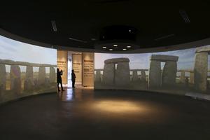 I centret kan man uppleva det som inte längre går i verkligheten - känslan av att stå mitt i cirkeln av stenmonument.