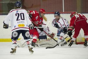 Lisa Edman försöker få tag på pucken framför Linköpings kasse och får hjälp av Sandra Halldén. Modo Hockey vann med 4–3 och det blev hela 11–0 mot HV 71 i dag.