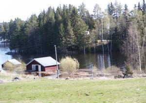 """""""Aktuell bild från Hammerdal-Ede över mitt sommarställe ute på holmen, mitt båthus till höger och en grannes båthus till vänster"""" säger Roland Eliasson som skickat in ett par läsarbilder."""