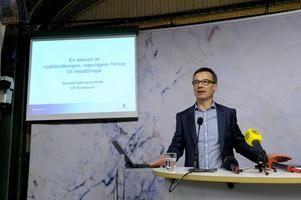 """Räcker inte. De förslag till """"förbättringar"""" som socialförsäkringsminister Ulf Kristersson presenterade nyligen är så minimala att man behöver förstoringsglas för att se dem, skriver debattörerna.foto: scanpix"""