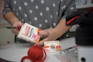 Gamla mjölk- eller gräddförpackningar, som du har klippt upp och diskat, bildar grunden i de paket som ser ut som snögubbar. Som mössa använder du avlagda strumpor.