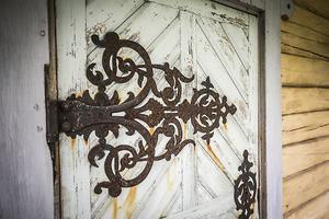 Beslagen på dörrarna är smidda i ett stycke.