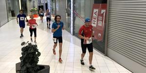 Värmlänningen André Rangelind (i blått) har dubbla SM-guld på 100 kilometer på meritlistan och vann maratonloppet uppe på Svampen för tre år sedan. Nu kan han lägga ännu en seger till den långa raden.