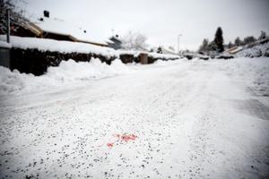 Blod syntes på den gata där bråket utbröt natten till i fredags, då en man miste livet.