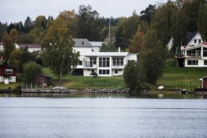 Hockeyprofilen Per Svartvadet har sålt det här huset i Lakasund för 6 550 000 kronor.