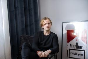 Jonathan Jutbo i sin lägenhet på Skönsmon.